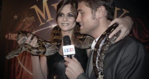la presse par le de la charmeuse de serpent Lia Vinova interviewée par Christophe Beaugrand, pour une Chronique de TF1.Décembre 2009